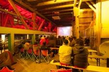 Kino im Stall bei Regenwetter im Mai und Juni